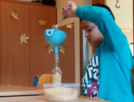 Reis durch einen Trichter gießen