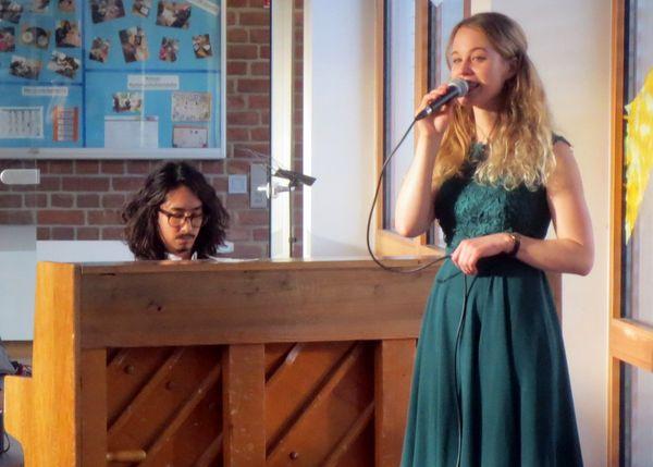 Am Piano Zyunzo Garcia, Gesang von Aileen Deppe